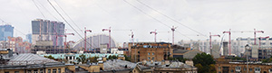[Фотография] Горизонт: над крышами стоит десять одинаковых подъёмных кранов